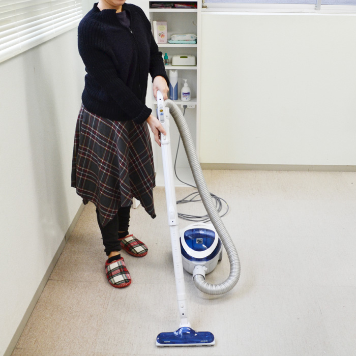 掃除機収納ラック、掃除シーン
